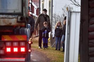 Staffan Lindblad tillsammans med barn i en alltför trång trafikmiljö.