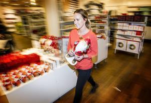 !9-åriga Julia Lindvall jobbar extra på Åhléns i Östersund under julen.