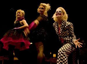 Willkommen, Bienvinue, Welcome! Coco Chanel, Texas och Jokern. Jenny Engström, Erika Sannefur och Elin Jansson.