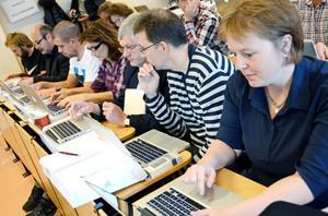 Gymnasielärare i skolbänken för att bekanta sig med sina nya datorer som alla elever och lärare på gymnasiet ska ha i fortsättningen.