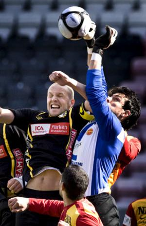 Det var många tuffa dueller mellan Örebro Syrianskas målvakt Regis Colombelli och Adolfsbergs spelare.
