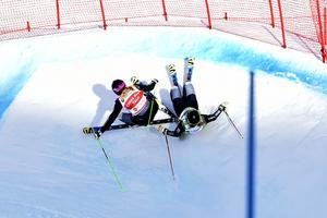 3. Anna och Sandra på väg at krascha, 100 meter före mål i klar ledning.Anna Holmlund och Sandra Näslund kraschar bort segerchansen