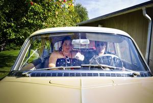 Initiativtagarna till raggarfesten, Sara Eriksson och Tobias Eriksson, har tagit plats i Kent Näslunds Opel.