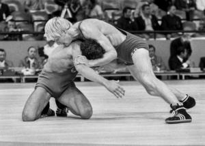 En av de monotona grenarna: brottning. Här brottar svensken Jan Karlsson ner den västtyska motståndaren under München-OS 1972.