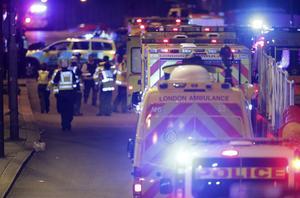 Räddningspersonal vid London Bridge under lördagskvällen.
