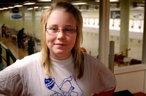 T-shirten är från fotbollsturneringen Mittnorden Cup. Nu har Amanda Sandström bytt ut den ensamma stora bollen mot många små kulor.– Det är kul med skytte, säger hon.