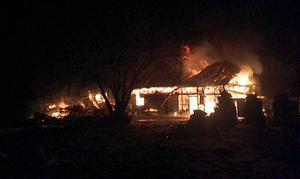 En brand utbröt i en ladugård och ett garage i Nora.