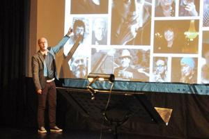 Fredrik Alverland presenterar några av de personporträtt som finns med i boken av skådespelare, scenografer, författare och andra som bidragit till länets filmhistoria.