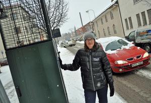 Miljöinspektören Anna-Karin Olsson vid mätstationen som sedan ett år tillbaka finns uppställd på gatunivå på Svärdsjögatan för att bl.a. mäta utsläppen av giftgasen kvävedioxid i stadsluften. – Vi uppmuntrar invånarna att lämna bilen hemma när det går och istället cykla, gå eller pendla kollektivt.