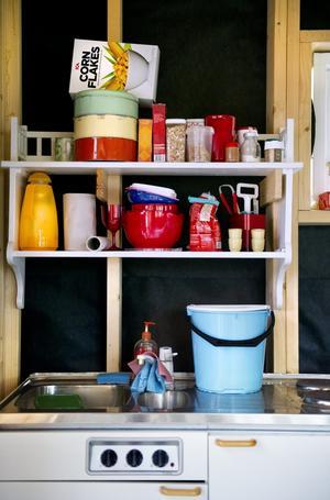 Provisoriskt kök. Renée tänker satsa på ett kök i 50-talsanda med lite snedställda skåp. Tills vidare är detta henens kök.