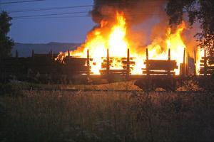 Branden upptäcktes strax efter midnatt och branden är ännu inte släckt.