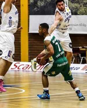Stefan Hellgren spelar försvar i luften mot John Roberson.