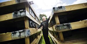 Roland Åkerlund, ordförande i Bollnäs missionsförsamling som äger Vevlingestrands camping, är glad över de nya bryggor som strax ska i sjön.