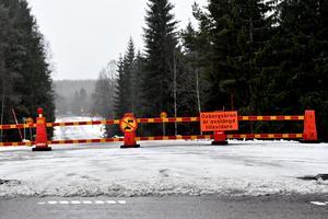 Oxbergsbron fortsatt avstängd, men nu pågår arbetet med att undersöka om de befintliga stöden kan bära upp en tillfällig brolösning.