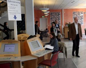 Ser ljuspunkter. Regeringen framhåller att jobben blir fler. Bilden visar när statsminister Fredrik Reinfeldt besökte arbetsförmedlingen i Västerås.foto peter krüger