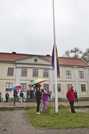 Den hissades på Westsura asylboende, revs ned i somras, men hissades igen. Nu intensifieras arbetet med att informera boende om svensk lagstiftning och rättigheterna för hbtq-personer.