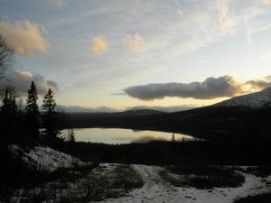 Vi tog en eftermiddagspromenad upp på Kläpphögarna.Isen ligger spegelblank på Ottsjön, Middagsvalen i bakgrunden. Foto: Elin Svensson