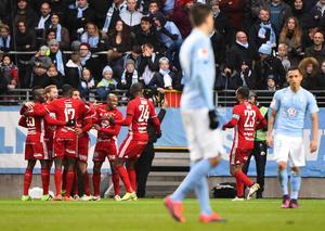 ÖFK-spelarna jublar efter Saman Ghoddos första mål i matchen som krönikören Per Hansson kallar för den största högtidsstunden under 2016.