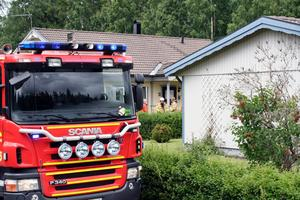 Klockan 12.16 larmades räddningstjänsten i Degerfors sedan det börjat brinna i ett kök i en fastighet på Bruket i Degerfors.