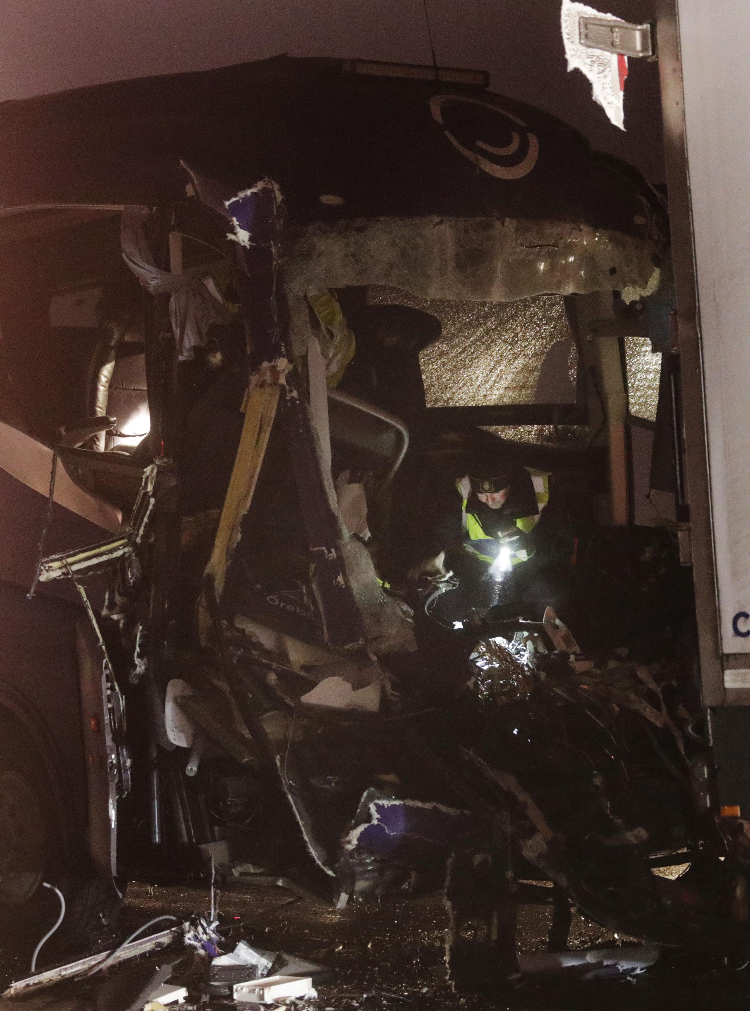 Bussolycka pa e18 minst en skadad