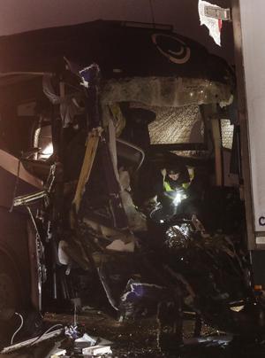 Räddningspersonal i arbete vid olycksbussen.