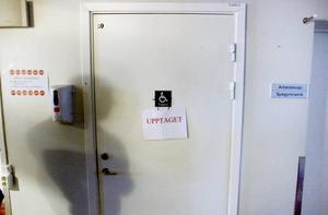 Kö till toaletten. Det är en vanlig syn på avdelning 11 på Gävle sjukhus. Uppemot 20 patienter delar på fyra toaletter och en dusch, När den enda duschen används blockeras dessutom en av toaletterna och då finns bara tre kvar.