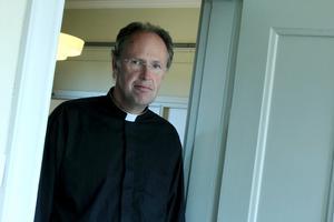 """""""Varför engagerar de sig inte lokalt?"""" undrar kyrkoherden Henrik Rydberg om de partier som ställer upp i kyrkomötet och Västerås stift, men inte i kyrkofullmäktige. Han tycker att det borde vara indirekta val, där väljarna endast röstar till kyrkofullmäktige."""