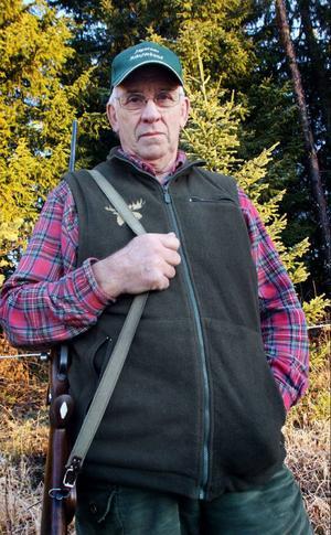 Sven O Svensson känner sig diskriminerad eftersom länsstyrelsen nu begränsat hans dispens till att använda terrängfordon endast vid älgjakt. Tidigare gällde tillståndet även småviltsjakt.