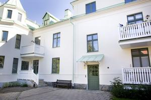 Knutsgatan. Lägenheten har fönster åt två håll och ligger i ett ¿tidigare Mimerhus som ombildats till bostadsrätter.