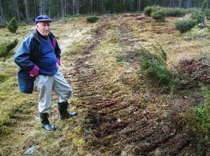 Länsstyrelsen klassar slåtterängen som ett natura 2000-område som ska skyddas åt framtida generationer. Roland Granlund visar markskador efter maskinen 2009.