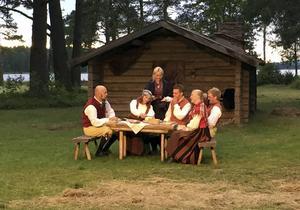 Det bjuds tyttklimpär på fäboden, klimpar av mjöl. Äppelbofolket och friaren från Järna låter sig väl smaka.