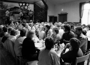 Det blev fullt hus byns GT-lokal när byborna firade och uppvaktade Kurt Henningsson.