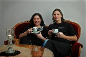 STÄMNING. På ett kafé måste det vara hemtrevlig stämning, lugnt och mysigt, tycker Sofia Resare och Petronella Glantz. Ett annorlunda inslag är också att det mesta är till salu.