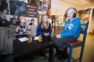 """Engelska skolans lag fick sitta i """"buren"""" en våning under scenen i Spegeln. Här syns Malte Karlsson, Minja Kusmic och experten Matilda Söderhäll."""