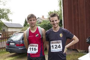 Fredrik Broman (till vänster) Edsbyns IF förlorade segern med bara två minuter till Jakob Olars (till höger) LK Gränslöst.