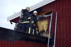 Nära. När det brann som mest i förrådet, letade sig elden upp längs ytterväggen till huvudbyggnaden och var mycket nära att få fäste i vinden.