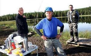 Kjell Eliasson, Bo Klasson och Tobbe Ohlsson hör till dem som fiskar 2-3 gånger i veckan och de retar sig på dem som inte löser fiskekort. FOTO: BONS NISSE ANDERSSON