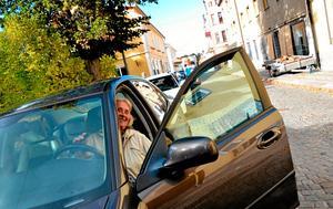 Dags att flytta bilarna. Idag var det hyfsat lätt att parkera om bilarna för Maj-Lis Lindqvist (närmast) och Ulla Öhrn (längst bort) som parkerat på Kungsgatan, men ofta krävs det några varv runt kvarteret innan de hittar en ny plats. Ibland byter de platser med varandra.