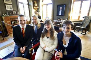 Bra betyg, extra kurser och engagemang... det är faktorer som fixade 20000 kronor var till den här kvartetten.  John Litborn och Vincent Liljeholm studerar på Soltorgsgymnasiet i Borlänge, Lotta Wåhlberg och Ellen Björheden läser på Haraldsbogymnasiet i Falun. I bakgrunden hänger Ljungberg själv på väggen.