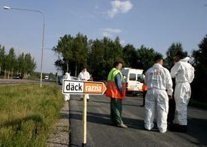 Mona-Lill Landström, informatör på NTF, under onsdagens Däckrazzia. Här tillsammans med vitklädda medverkade från däcksbranschen.