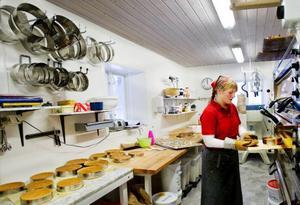 Fotbollar har bytts ut mot bakugnar. Där Klövsjö IF tidigare huserade har nu Klövsjö stenugnsbageri flyttat in. Nathalie Persson har tidigare arbetat som kock och bagare på Storhogna högfjällshotell, nu ansvarar hon för tårttillverkningen på Klövsjö stenugnsbageri. Under invigningen besökte mellan 400 och 500 personer kaféet.