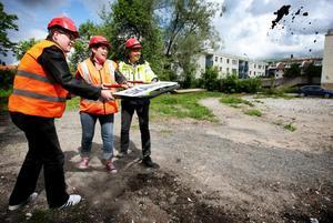 Leif Pettersson, Maria Strömkvist och Mikael Lundin tog första spadtaget vid nybygget i kvarteret Freja i somras.