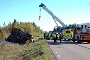 KRAN. Räddningspersonalen hade hjälp av lastbil med kran.