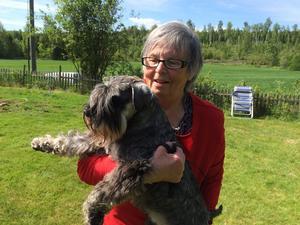 Rekordhunden Dante i Älandsbro har belönats med extra mycket hundgodis av matte Barbro Coldenberg efter att ha prisats ordentligt på Cypern.