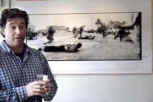 Den prisbelönta fotografen Eddy van Wessel ställer ut bilder från världens krigszoner i Nora konsthall.FOTO: MALIN ERIKSSON