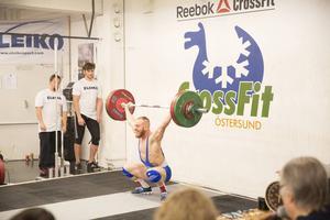 Den stora hemmaprofilen var Andreas Olsen och han gjorde ingen besviken. Olsen vann 77-kilosklassen och kvalade också in till SM med totalresultatet 232 kilo. Här ser vi Olsen i stötmomentet.