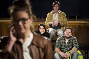 Skådespelarna växlar mellan roller som berättare, föräldrar, pojkvän, lärare, och barndomsvänner till den problemfyllda, av mediekonsulten Gustav.