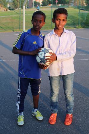 Meron Tekle och Yonis Shino tycker att det bästa med idrottsplatsen är att spela fotboll.