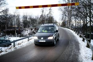 En plastbräda med stålvire – är det en anordning som får förare av tunga fordon att inse att Kajvägen-bron inte är rätt väg för dem? Kommunen hoppas det, i annat fall är det risk för att någon långtradare rasar igenom bron och ned på spåren.