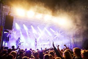 Daniel Adams-Ray uppträdde på Broöppning 2014.